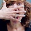 bijoux minimalistes bague entre doigts etamine